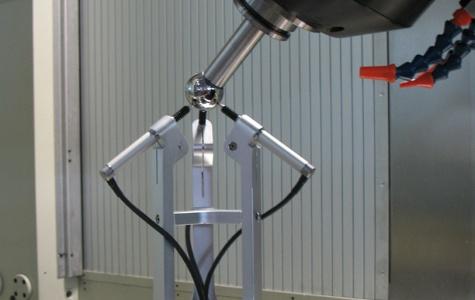 Dispositivo per la misura e la compensazione automatica degli errori geometrici della testa